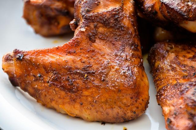 fusi di pollo e cosce di pollo con le ali gragliate